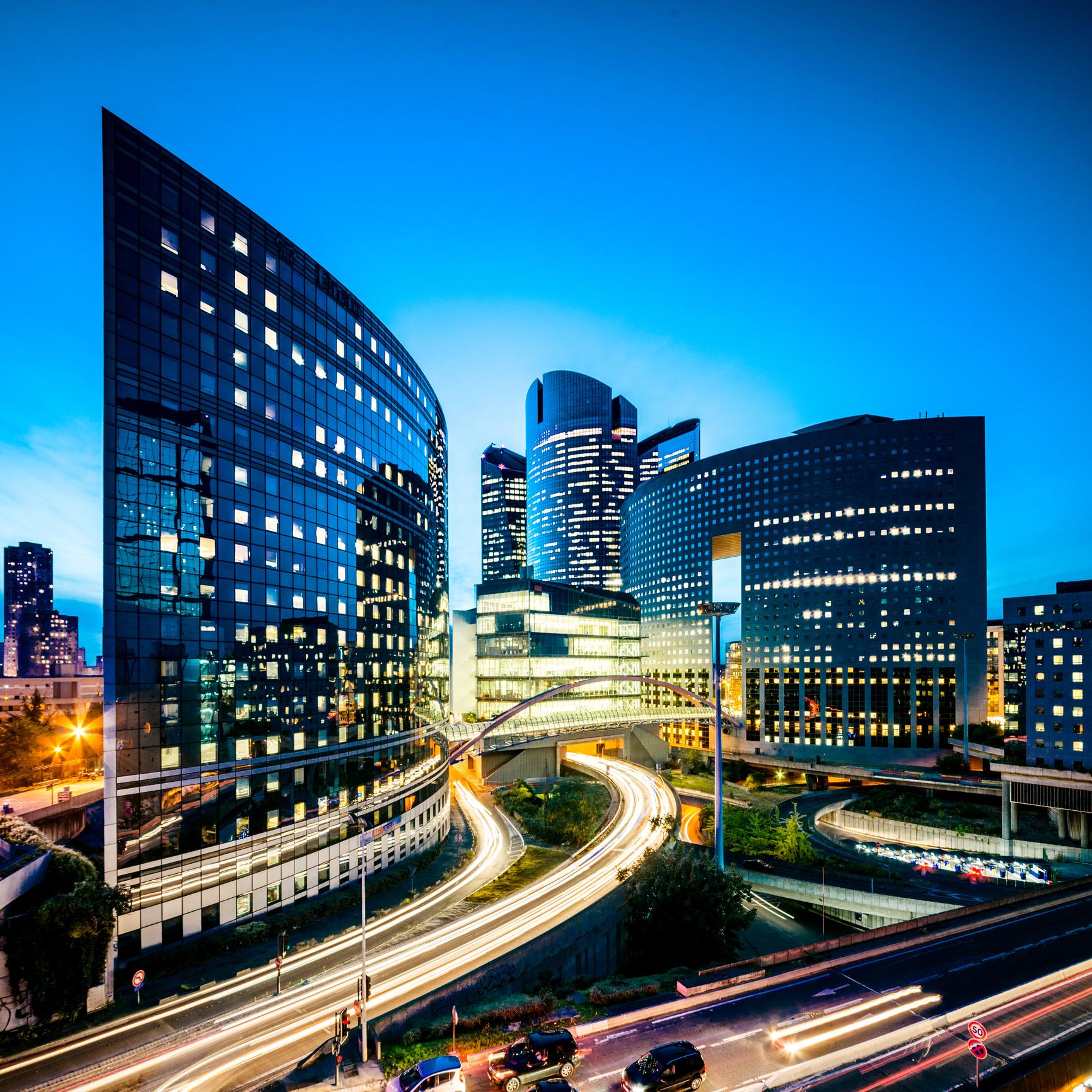 tour de bureaux très moderne la défence Paris assurances économiste de la construction